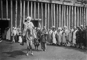 Le Sultan N'Joya sortant de son palais