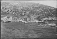 L'île de Vido devenue 'l'île des morts' (février 1916). Le port : Embarcadère pour les morts. La croix en bois a été placée par monseigneur Bolo, aumônier du Waldeck-Rousseau