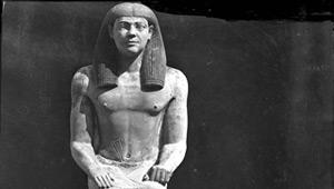 Aymard de Banville, Statue d'homme assis, de face, Saqqarah, Egypte. Conservée au Musée du Caire.