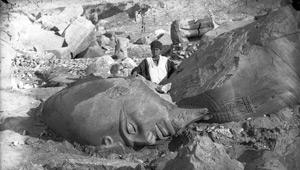 Aymard de Banville, Statue à terre : buste et tête d'un pharaon ramesside, Tanis, Egypte, 1863-1864.